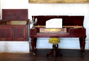 Photo of an old-fashioned piano - image © Jan W. Fields